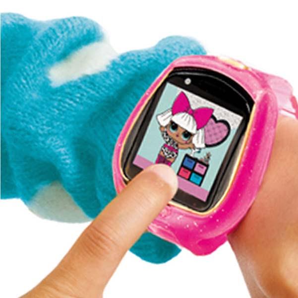 Niña jugando con un Smartwatch